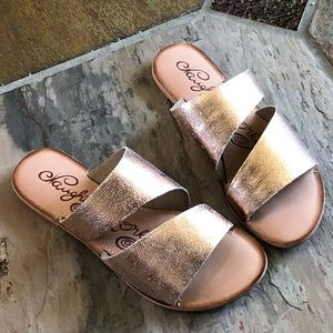 🍃💕NIB Naughty Monkey Rose Gold Leather Sandals